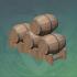 有序叠放的杉木酒桶